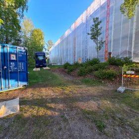 Hiekkapuhallusyksikkö Koivukoski Oy kontti ja auto työmaalla